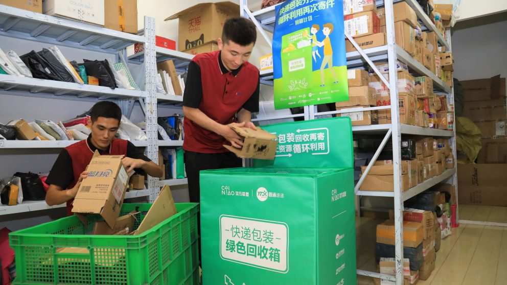 Trabajadores de Alibaba aplicando la logística verde en Cainiao